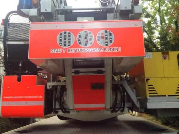 Grafik Rettungsgasse mit FW 3-Spurig auf Drehleiter